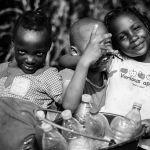 Enfants en route pour la source