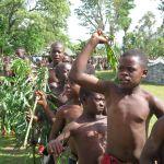 Parade des jeunes initiés au Festival Nekang Pe-Mugoum de Bamougoum